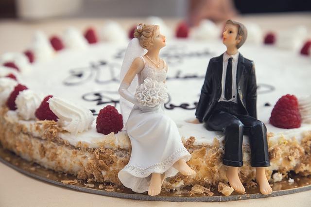 svatební dort se svatebčany